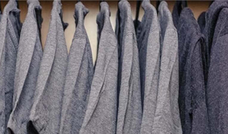 Zuckerberg yalnızca gri renkli tişört giyiyor